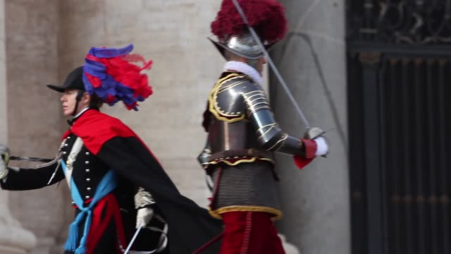 stockvideo's en b-roll-footage met broll swiss guards change the guard with carabinieri as pope francis delivers his urbi et orbi christmas blessing at st peter's square on december 25... - sint pietersplein