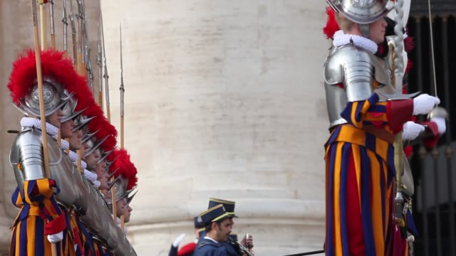 broll swiss guards change the guard with carabinieri as pope francis delivers his urbi et orbi christmas blessing at st peter's square on december 25... - 近衛兵点の映像素材/bロール