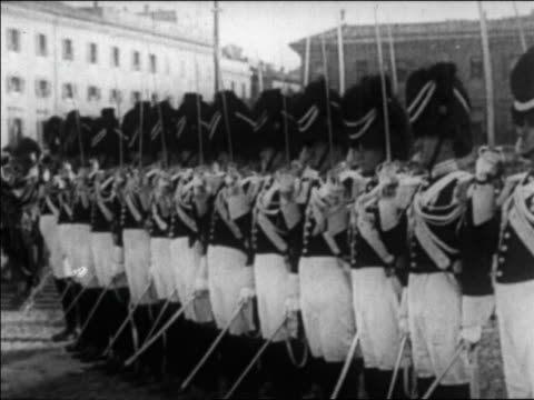 swiss guards in uniform holding swords standing at attention outdoors / vatican city / news - 近衛兵点の映像素材/bロール