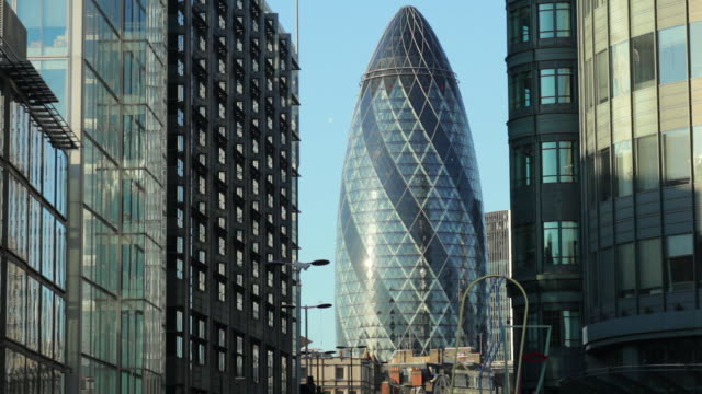 ws swiss re (the gerkin) building and surrounding offices / london, uk - sir norman foster building stock videos & royalty-free footage