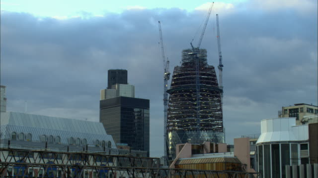 ws, swiss re tower under construction, london, england - swiss re stock videos & royalty-free footage