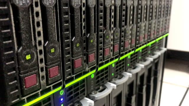 vidéos et rushes de commutateur dans la salle de serveur état led - câble