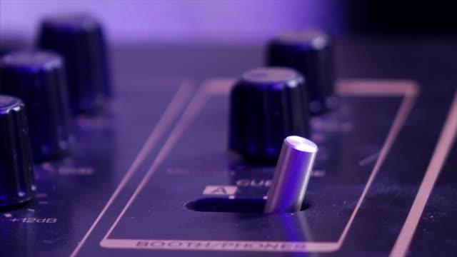 stockvideo's en b-roll-footage met schakelaar muziek mixer - analog