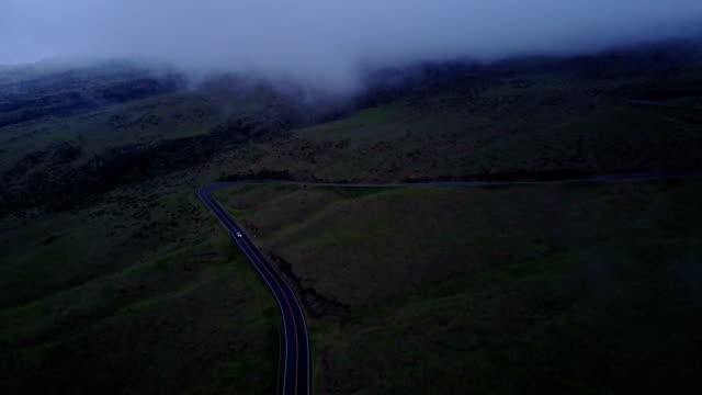 vídeos de stock, filmes e b-roll de estrada de montanha russa do lado do vulcão de maui por zangão - veículo terrestre