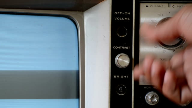 stockvideo's en b-roll-footage met switching tv on and off with sound - retro style