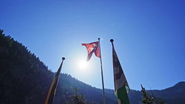 空を振るスイスの国旗 - 旗棒点の映像素材/bロール