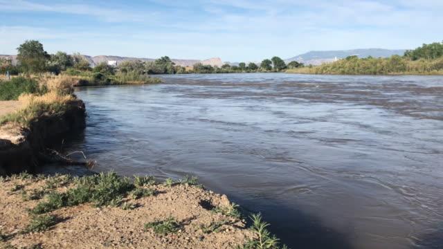 svullna colorado river snow pack run-off sent på våren 2019 - lera jord bildbanksvideor och videomaterial från bakom kulisserna