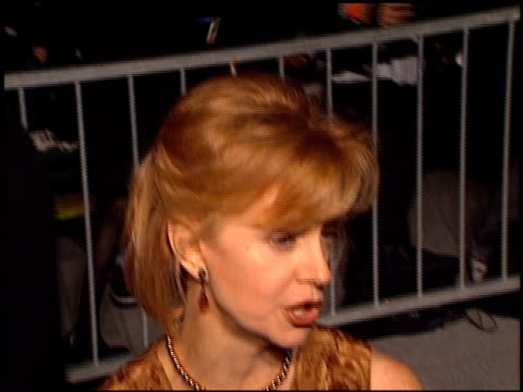 vídeos de stock, filmes e b-roll de swoosie kurtz at the 'tomorrow never dies' premiere at dorothy chandler pavilion in los angeles, california on december 16, 1997. - série de filmes do james bond