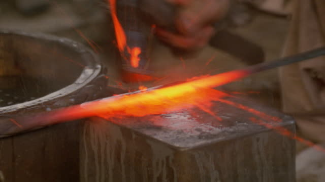 stockvideo's en b-roll-footage met cu, sword blade being forged in traditional method - zwaard