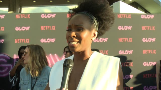sydelle noel on glow, on why female driven shows and female empowerment is resonating with people, the sisterhood on and off set, diversity on tv and... - cinerama dome hollywood bildbanksvideor och videomaterial från bakom kulisserna