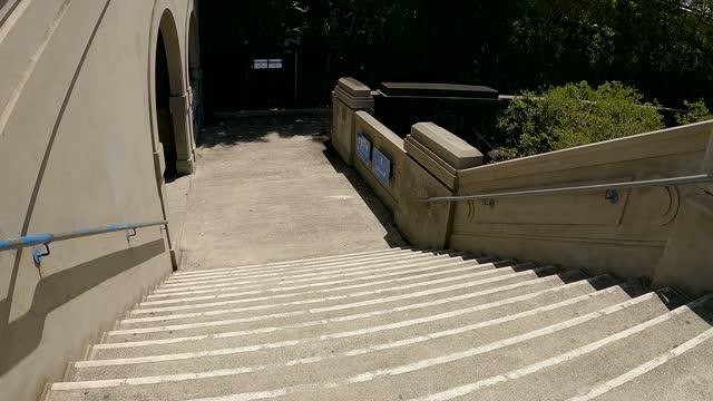 vídeos y material grabado en eventos de stock de sydney harbour bridge, walking down stairs, city views and blue sky - movimiento hacia abajo