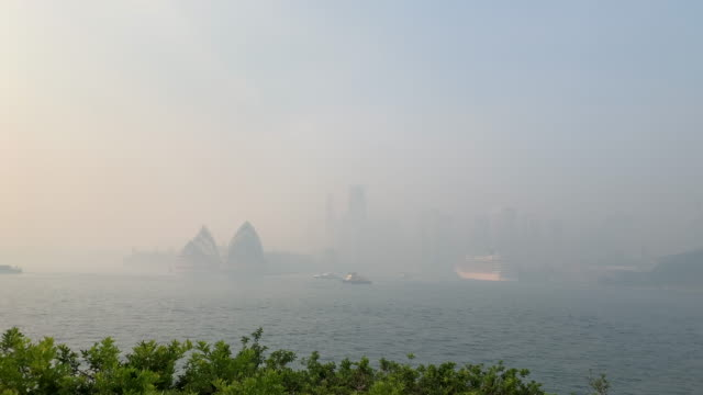 stockvideo's en b-roll-footage met sydney inundated by thick smoke from bushfires throughout nsw. - sydney australië