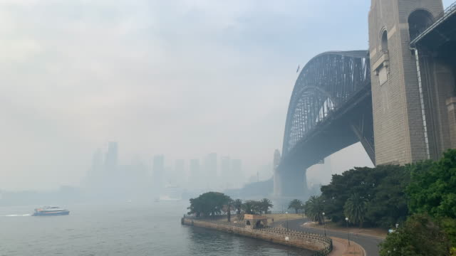 vídeos de stock, filmes e b-roll de sydney inundated by thick smoke from bushfires throughout nsw. - sydney australia