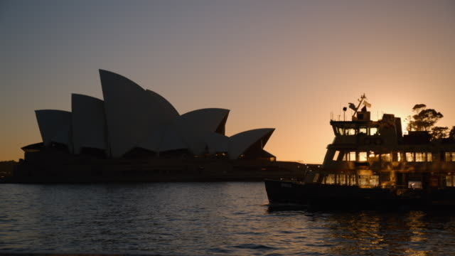 vídeos de stock, filmes e b-roll de sydney opera house and boats at dawn - patrimônio mundial da unesco