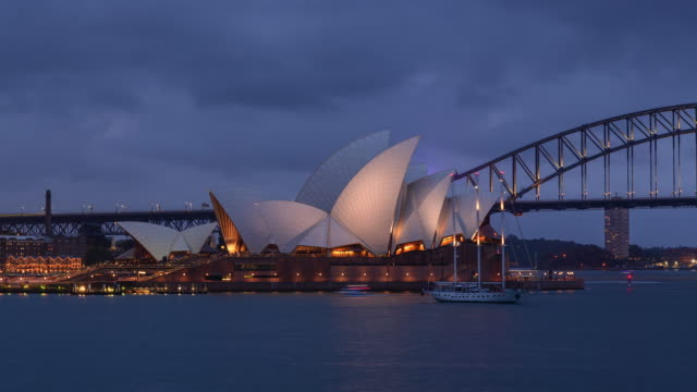 sydney opera house at night / sydney, australia - オペラ座点の映像素材/bロール