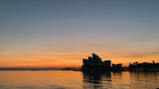 vídeos de stock, filmes e b-roll de sydney opera house with smoke in background at sunrise on november 12, 2019 in sydney, australia. more than 50 fires are burning across nsw with 200... - 50 seconds or greater