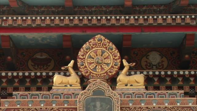 vidéos et rushes de cu, symbol of reincarnation at tibetan monastery, bodh gaya, bihar, india - lieu de culte