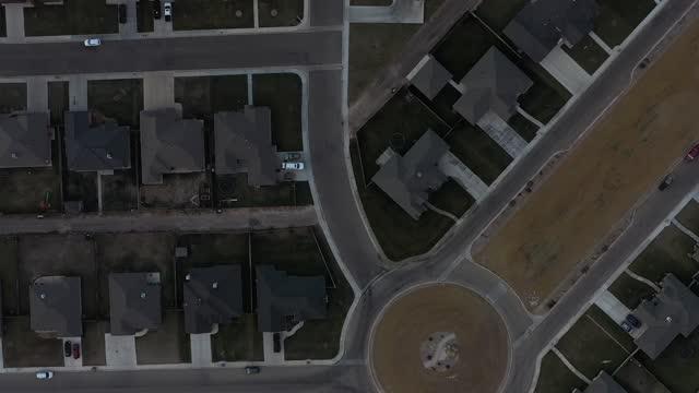 symmetrischer verkehrskreis in einer vorstadtsiedlung - fensterfront stock-videos und b-roll-filmmaterial