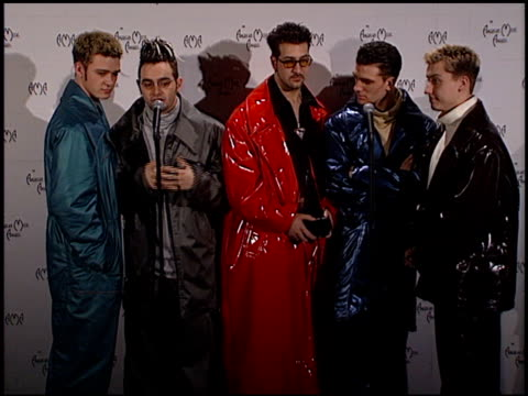 stockvideo's en b-roll-footage met 'n sync at the 1999 american music awards press room at the shrine auditorium in los angeles california on january 11 1999 - 1999