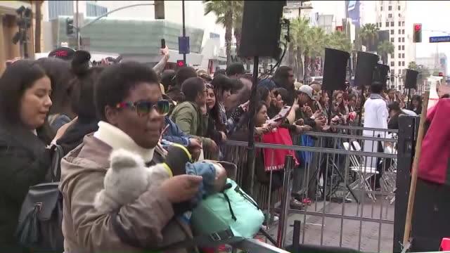 vídeos de stock e filmes b-roll de sync fans waiting in line for hollywood walk of fame ceremony. - chris kirkpatrick cantor