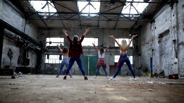 vidéos et rushes de danseurs synchronisée pause ensemble - breakdance