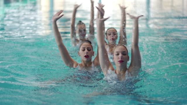 vídeos de stock e filmes b-roll de synchronized swimming performance - coordenação