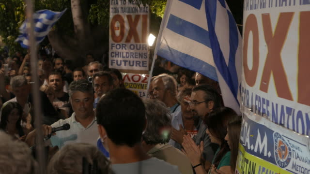 vidéos et rushes de syntagma square. three shots sequence showing public speeches from supporters of 'oxi' on the night that the referendum results over bailout terms... - athens greece