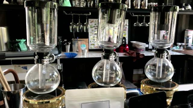 vídeos de stock e filmes b-roll de syphon classic coffee maker in a coffee shop. - copo vazio
