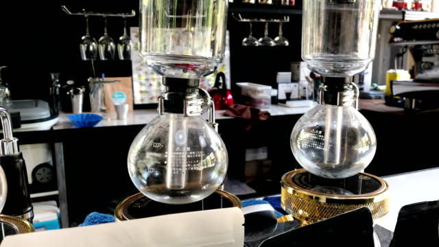 vídeos de stock e filmes b-roll de syphon classic coffee maker on coffee shop counter. - copo vazio