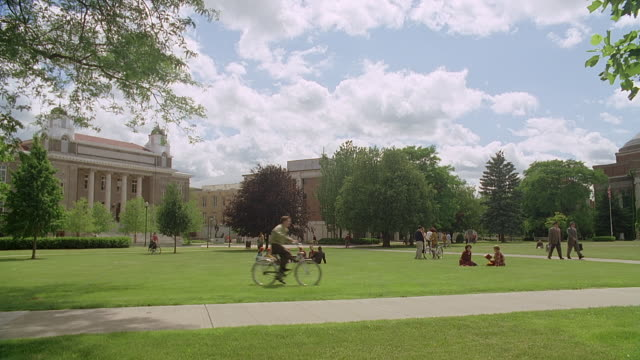 vidéos et rushes de ws syracuse university campus with people walking and sitting on lawn, syracuse, new york state, usa - campus