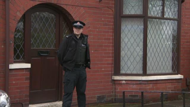 vídeos y material grabado en eventos de stock de police outside home of suspect and interviews england lancashire rochdale ext police officers outside the home of labour councillor shakil ahmed /... - rochdale inglaterra