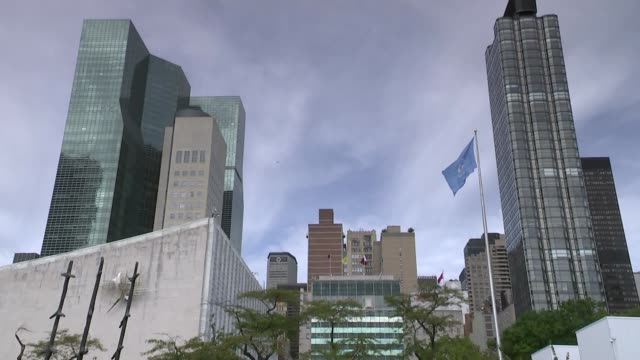 general assembly meeting highlights divisions; usa: new york: ext low angle gv united nations hq building un flag flying - vereinte nationen stock-videos und b-roll-filmmaterial