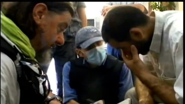 united nations reveals evidence of chemical weapons use in syria t28081330 / tx syria damascus ext un weapons inspector asking men question - weapon stock videos & royalty-free footage