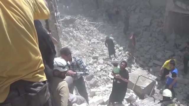 syrian civil defense members and civilians search and rescue survivors in the debris of the buildings destroyed in the airstrikes carried out by the... - civilperson bildbanksvideor och videomaterial från bakom kulisserna