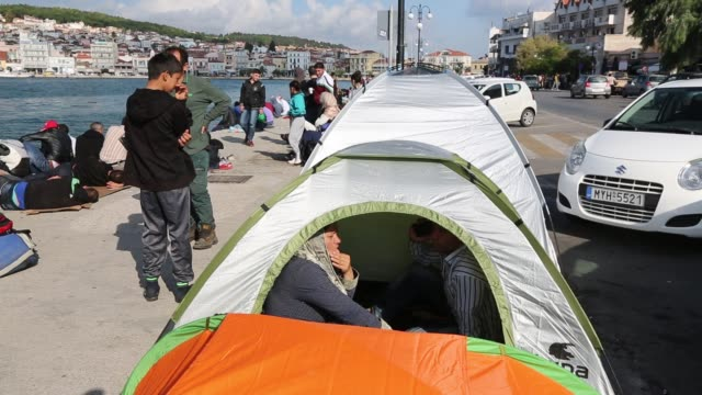 syrian migrants shelter in a cheap tent in mytilini on the greek island of lesvos. - isil konflikt stock-videos und b-roll-filmmaterial