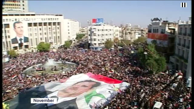 vidéos et rushes de syrian mp who defected to egypt speaks of fears for his country; t28111109 syria: ext high angle shot of massed crowd gathered to show support for... - programme de télévision