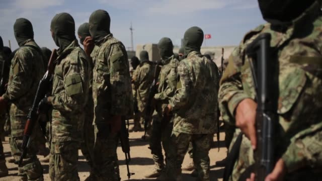 vídeos y material grabado en eventos de stock de syrian national army forces are dispatched to manbij front line ahead of turkey's planned operation in the east of the euphrates river in northern... - siria