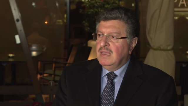 vídeos de stock e filmes b-roll de syrian opposition's high negotiations committee spokesman salim almuslat speaks at an exclusive interview about the geneva iv syrian peace talks in... - porta voz masculino