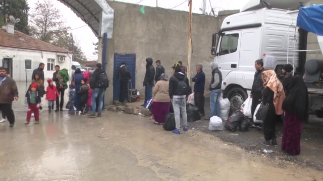 syrian refugees gather at the karmakis border gate to cross into syrian town of jarablus after it was cleared from daesh terrorist group as part of... - シリア難民問題点の映像素材/bロール