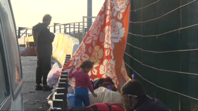 vídeos de stock, filmes e b-roll de syrian refugees hoping to cross the turkish border into greece or bulgaria take a rest on the side of the tem motorway as they walk towards... - micrografia