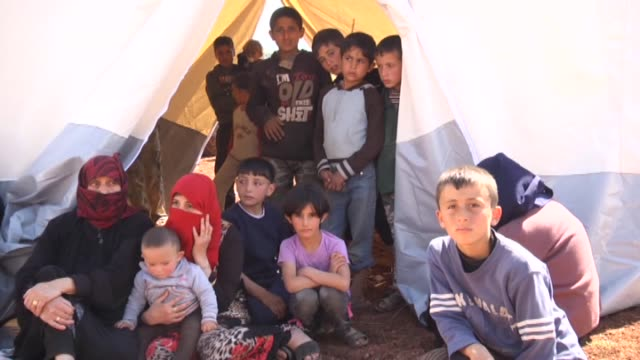 syrian refugees take shelter at the idlib's free syrian army controlled atmeh refugee camp housing thousands of syrians left their homes due to the... - skydd bildbanksvideor och videomaterial från bakom kulisserna