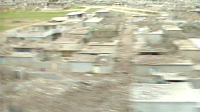 vidéos et rushes de syrian regime accused of using of chemical weapons; t22038804 / tx 22.3.1988 iran/iraq border: halabja: ext/day air view / aerial over kurdish town... - armement