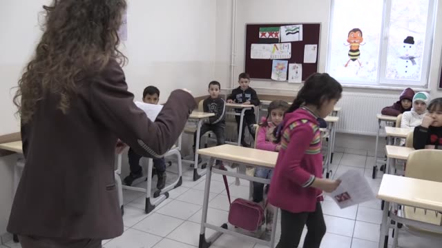 vídeos de stock e filmes b-roll de syrian schoolchildren who fled war in their country and took refuge in turkey have obtained their midterm report cards on friday during the winter... - diretor da escola