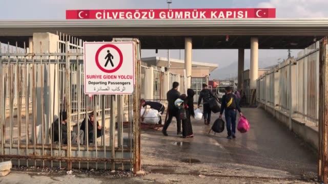 syrians cross the cilvegozu border gate into syria on november 27 2018 in hatay southern turkey thousands of syrians left turkey over the last two... - hometown bildbanksvideor och videomaterial från bakom kulisserna