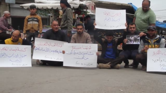 vidéos et rushes de syrians protest the latest chemical attack by the regime in eastern ghouta on april 08 2018 in idlib's saraqib syria interviews with syrian activist... - matière chimique