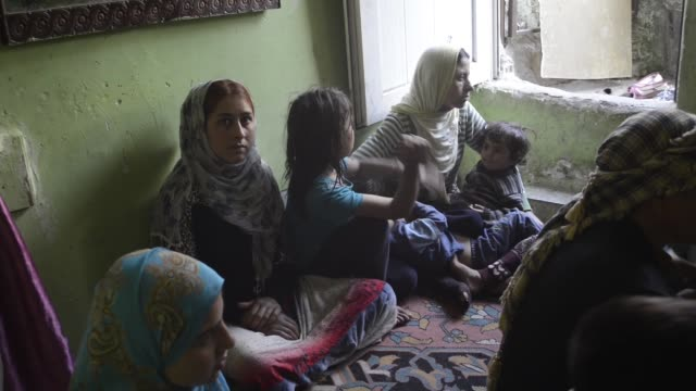 vídeos de stock, filmes e b-roll de syrians refugees face a new life in istanbul - vestimenta religiosa