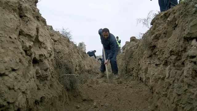 syrians remain missing after 10 years of war; syria: raqqa: ext various shots of people digging potential grave in order to find bodies workers with... - war and conflict video stock e b–roll