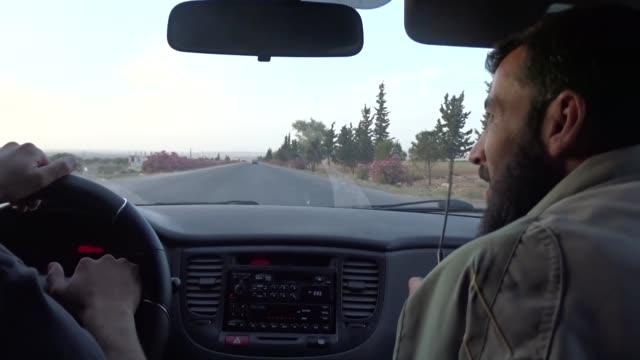 vídeos y material grabado en eventos de stock de syrians use walkie talkies as the clashes between opposition forces ans assad regime continue in oppositionheld regions in idlib syria on june 4 2016... - walkie talkie