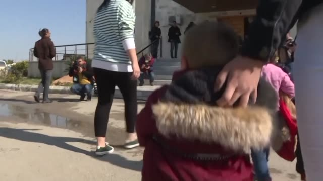 stockvideo's en b-roll-footage met syria's kurds hand over 35 russian orphans linked to the islamic state group to their home country in the latest such repatriation of parentless... - repatriëring