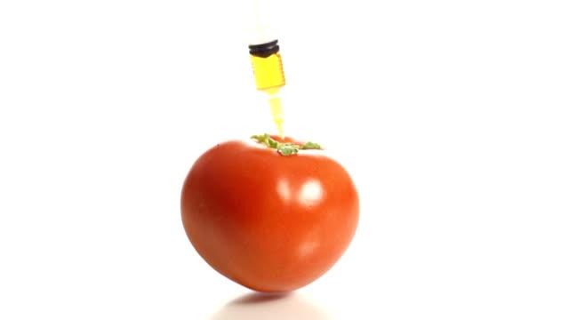 HD-ZEITLUPE: Spritze Stabbing in die Tomaten